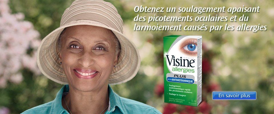 """Une femme souriante. Un emballlage de Visine Allergies avec la mention """"Obtenez un soulagement apaisant des picotements oculaires et du larmoiement causés par les allergies"""""""